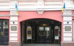В Москве неизвестные сорвали украинский флаг с культурного центра и сожгли его