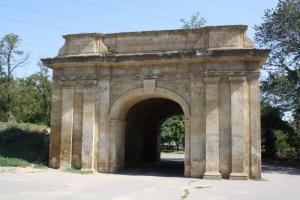 Одна из главных исторических достопримечательностей Херсона - под угрозой из-за проезжающих машин