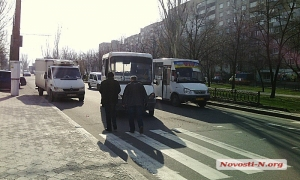 В Николаеве маршрутное такси врезалось в легковой автомобиль