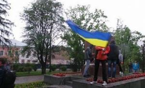 Харьковские активисты переименовали памятник борцам Октябрьской революции