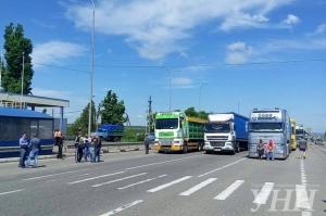 Десятки грузовиков заблокировали трассу Одесса-Киев