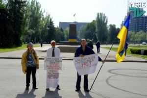 В Николаеве четыре человека пикетируют заседание сессии городского совета