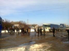 На Николаевщине местные жители перекрыли Кировоградскую трассу, требуя ее ремонта