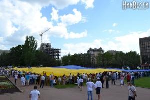 Николаевцы развернули огромный флаг Украины - в субботу прошел мегамарш вышиванок