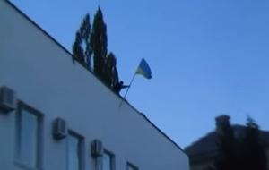 В Ждановке Донецкой области со здания горисполкома сорвали флаг Украины, разложили его на асфальте и начали топтать