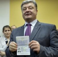 Первый биометрический паспорт выдали Президенту