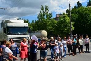 Жены и матери николаевских десантников пошли дальше - перекрыли варваровский мост...