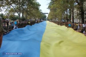 В Николаеве в День независимости военные развернули 150-метровый флаг Украины