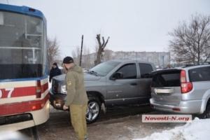 В Николаеве два столкнувшихся внедорожника растаскивали трамваем (ФОТО, ВИДЕО)
