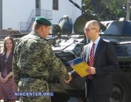 В Николаеве Яценюк передал для армии военную технику, отремонтированную на бронетанковом заводе