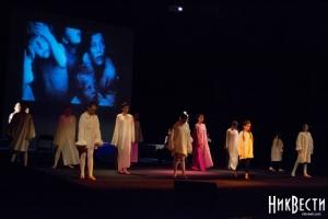 Чтобы помочь переселенцам с Донбасса, николаевский театр устроил благотворительный спектакль