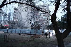 В Николаеве начали строить АЗС прямо в зеленой зоне