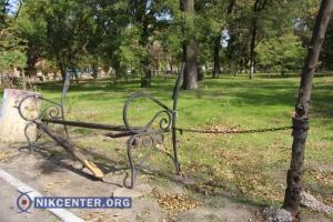 Убирать парки и скверы в Херсоне некому