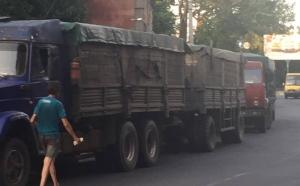 Скопление большегрузных авто усложнило движение транспорта в центре Херсона
