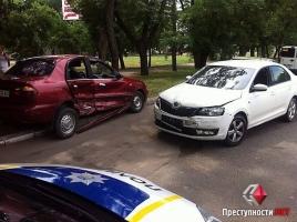 В Николаеве «Skoda» врезалась в автобус и протаранила 2 автомобиля (ФОТО)