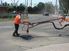 Новое приобретение херсонских коммунальщиков удешевит ремонт дорог