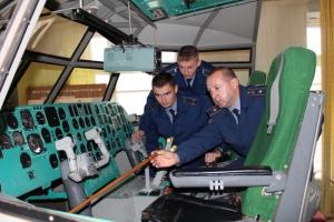 Молодые лейтенанты со всех авиабригад ВВС Украины изучают в Николаеве азы авиационных профессий
