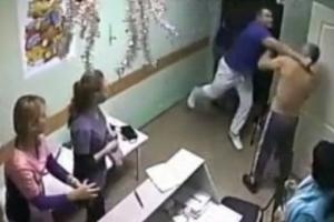 В России одним ударом врач убил пациента. Видео