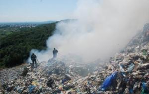 При ликвидации пожара на свалке под Львовом произошел оползень, под завалами - люди