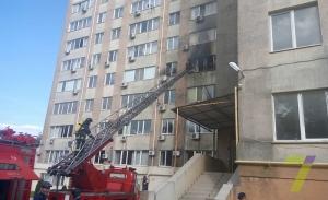 Спасатели пытаются потушить пожар в одесской многоэтажке