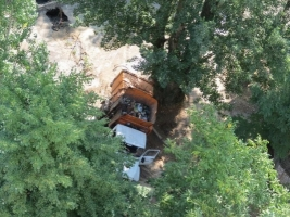 В Херсоне мусоровоз провалился в траншею. ФОТО