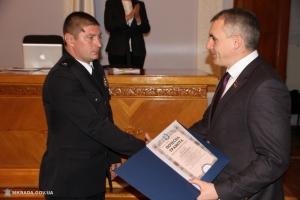 Мэр пообещал ценные подарки николаевским полицейским, которые обезвредили преступников с гранатой на рынке «Колос»