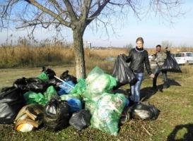 В Одесской области активисты организовали масштабный субботник возле озера