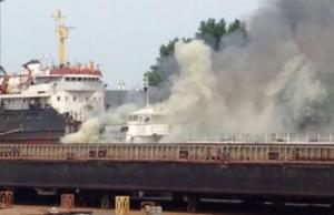 Сегодня в Херсоне загорелось судно, стоящее на ремонте (ФОТО)
