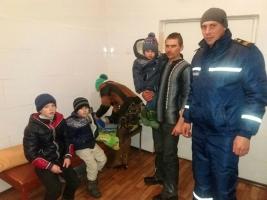 Новобугские спасатели вытащили из снежного заноса два автомобиля с детьми