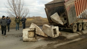 Жители Нового Буга перекрыли трассу «Николаев-Днепропетровск» бетонными блоками