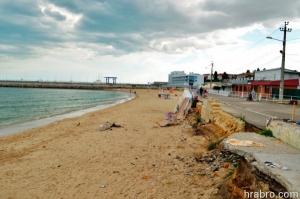 Больше всего от огромной волны в Одессе пострадал пляж в Черноморке