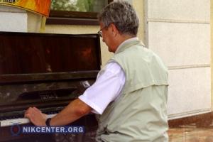 Херсон приближают к Европе с помощью уличного пианино (ФОТО, ВИДЕО)
