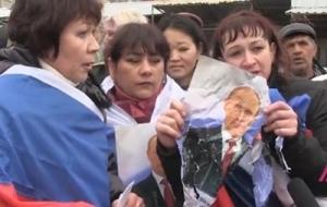 В Крыму полиция разогнала протестующих предпринимателей с флагами РФ и портретом Путина