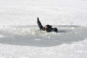 На Николаевщине местные жители спасли рыбака, провалившегося под лед