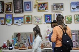 В Херсоне открылась выставка художественных работ на новогоднюю и рождественскую тематику