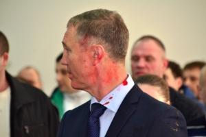 Экс-мэра Херсона Владимира Сальдо на первой же сессии горсовета с его участием облили краской. ФОТО