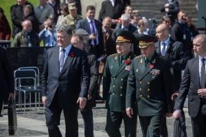 Порошенко присвоил звание генерала армии Муженко и Полтораку