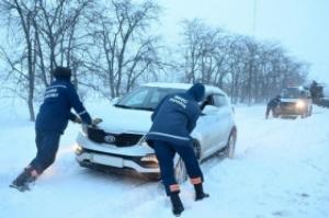 Водители заблокировали технику спасателей, требуя открыть дороги