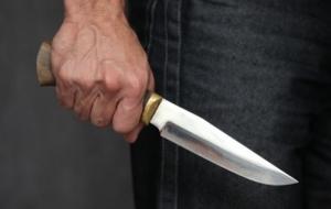 В Николаеве на автобусной остановке напали на двух мужчин, одного из них ранили ножом