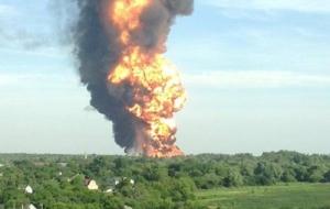 Пожар с нефтебазы под Киевом перекинулся на лес. Под угрозой военный аэродром
