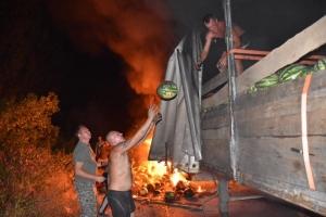Губернатор Херсонщины тушил горящую фуру арбузами (ФОТО)