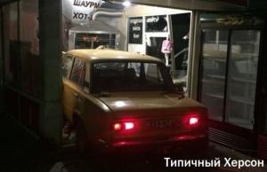 В Херсоне автомобиль врезался в киоск и сбил продавщицу