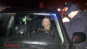 Николаевским полицейским пришлось разбить окно, чтобы вытащить из машины пьяного водителя (ВИДЕО)