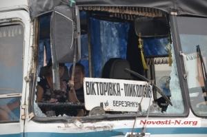 В Николаеве переполненный пассажирами автобус врезался в военный автомобиль