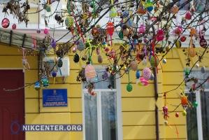 В Херсоне из-за капризов погоды «Писанковый сад» превратился в… дерево