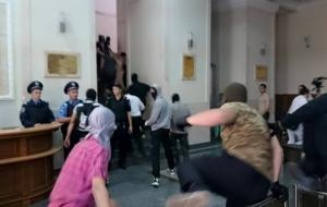 Активисты избили милиционера во время штурма Харьковского горсовета