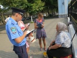 Прошение милостыни возле церквей или торговля детьми: в Николаеве бабушка вместе с внучкой просила подаяние