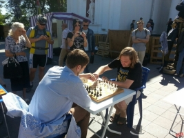Активисты «АнтиТрухановского майдана» вместо митинга сыграли в шахматы перед Одесской мэрией