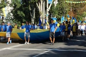 Херсонцы c украинским флагом прошлись по центральному проспекту города