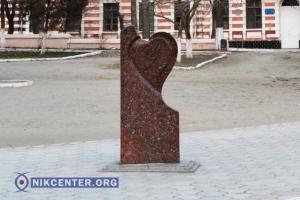 В Херсоне двое влюбленных пытались утащить самый романтичный памятник города